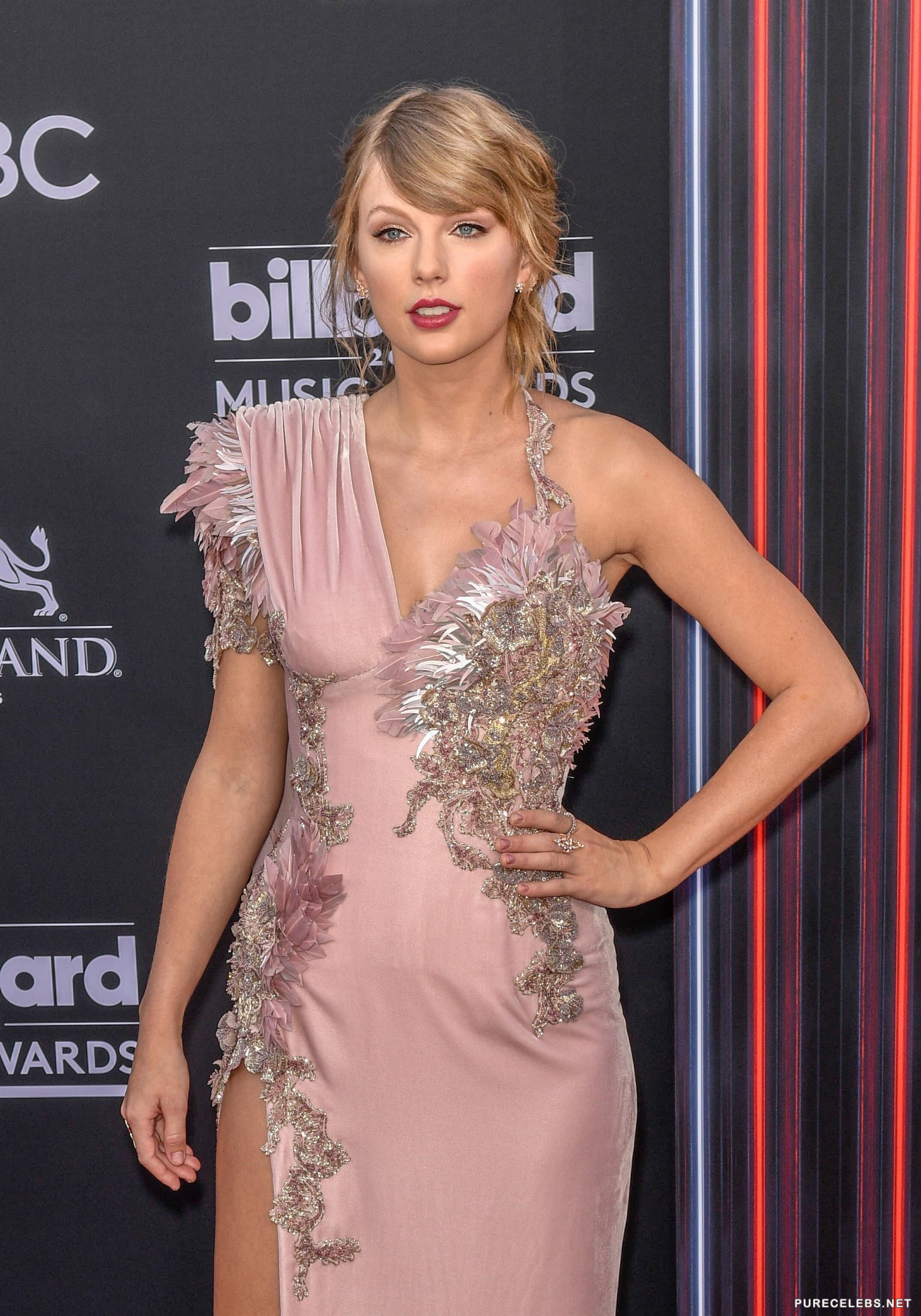 Taylor Swift White Panties Upskirt Moment - NuCelebs.com