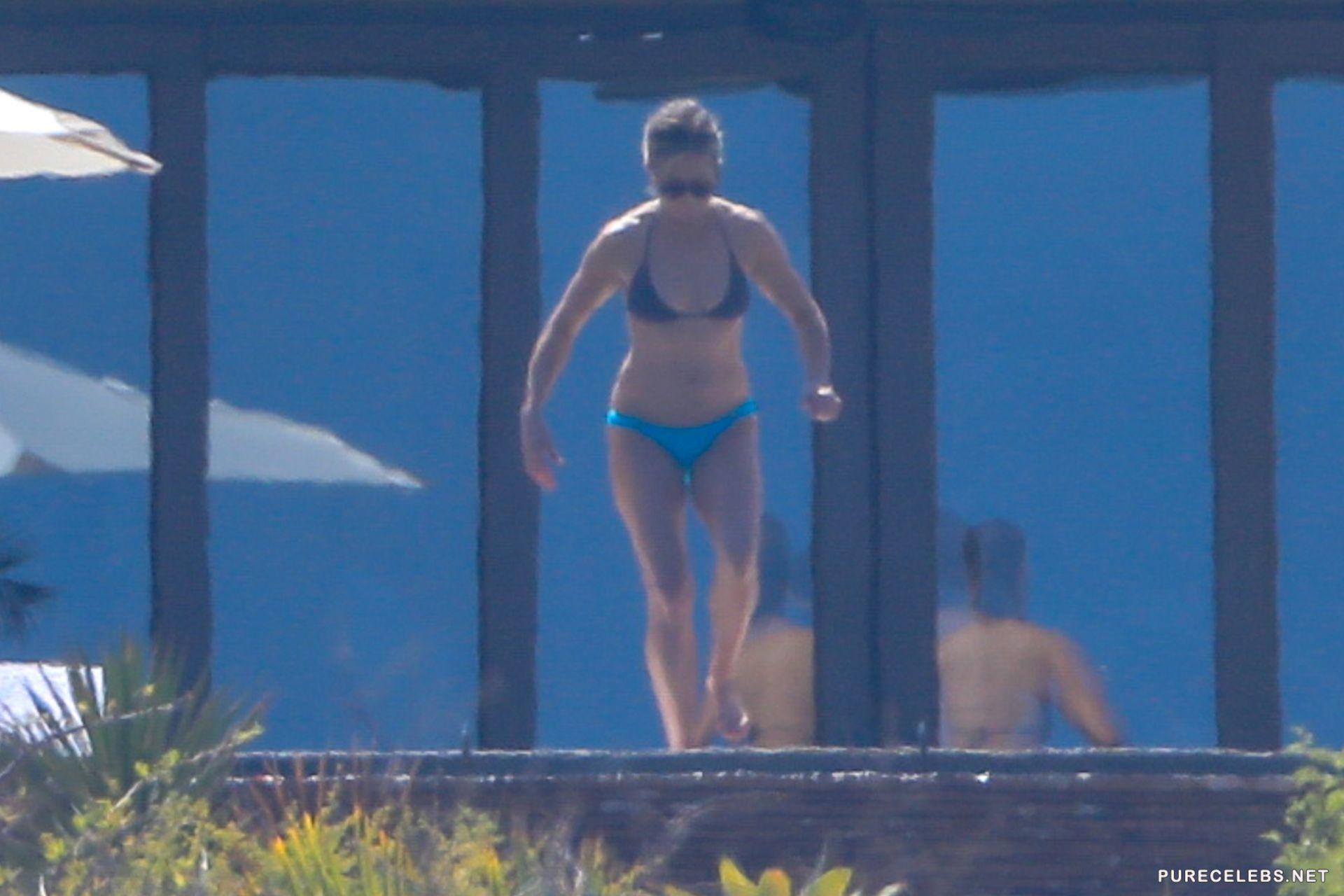 Boobs Aniston Jennifer Nude Paparazzi Pic Gif