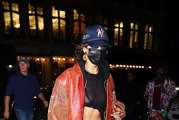 Bella Hadid показывает свои сиськи на улице - NuCelebs.com