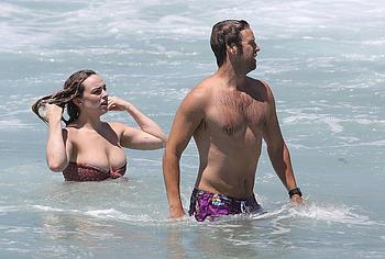Abbie Chatfield застукала папарацци топлесс на пляже - NuCelebs.com