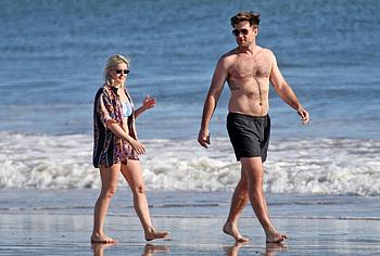 Ariel Winter в бикини с большой жопой на пляже - NuCelebs.com