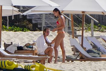 Сексуальные фото попки Хейли Бибер в бикини - NuCelebs.com
